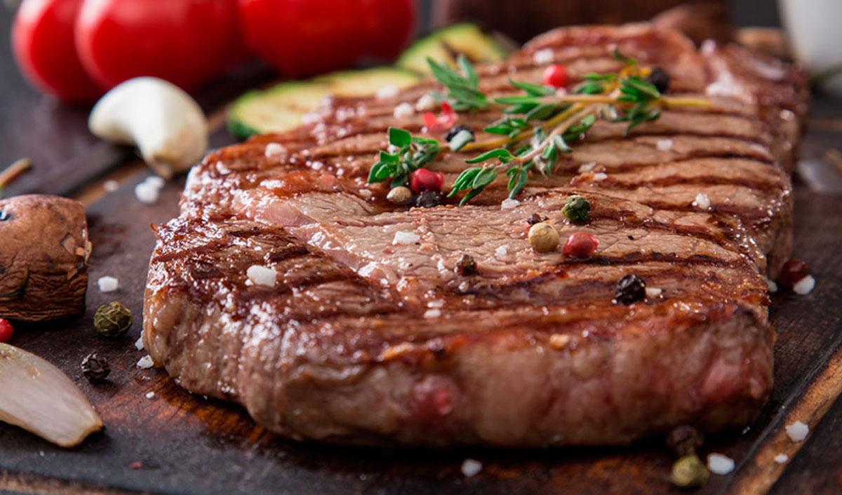 ¿Cómo adobar y marinar la carne para asado?